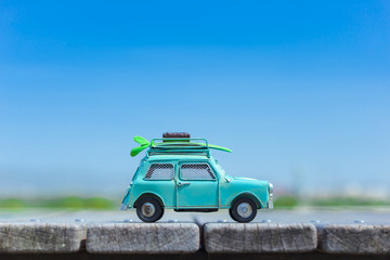 自動車の模型と自然の緑