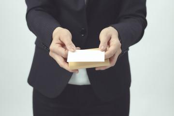 ビジネスシーン 名刺交換 女性