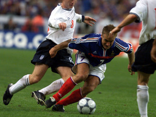 DIDIER DESCHAMPS OF FRANCE IN ACTION AGAINST PAUL SCHOLES OF ENGLAND.