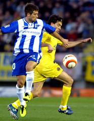 Villarreal's Venta and Alaves' De Lucas battle for ball during Spanish League soccer match in Villarreal