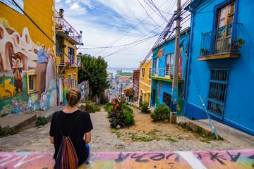 Junge hübsche Frau auf einer bunten Straße in Valparaiso / Chile