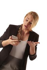 Frau starrt verwundert auf ihr Smartphone