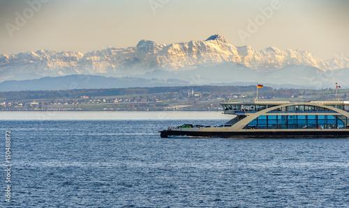 Fototapete Autofähre auf dem Bodensee mit Berg im Hintergrund
