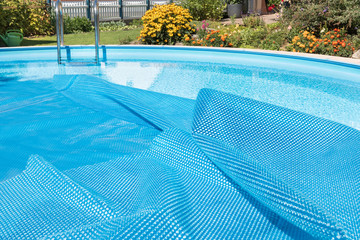 Swimmingpool  - aufgeklappte Abdeckung