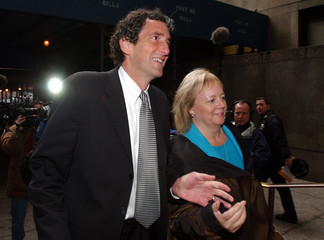 TYCO'S MARK SWARTZ ARRIVES WITH WIFE AT COURT IN NEW YORK.