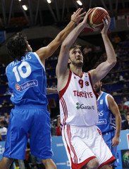 Turkey's Erden goes for the basket against Greece's Printezis during their FIBA EuroBasket 2009 quarter-final basketball match in Katowice