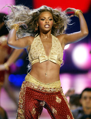 BEYONCE KNOWLES PERFORMS AT MTV VIDEO MUSIC AWARDS.