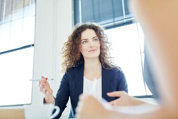 Kompetente Geschäftsfrau bei Verhandlung