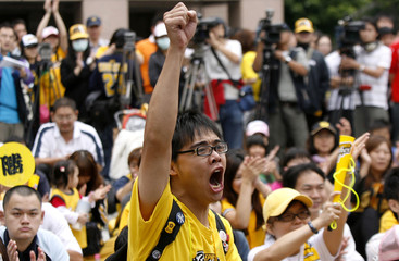 Baseball supporters shout slogans during a gathering in front of Executive Yuan's Sports Affairs Council in Taipei