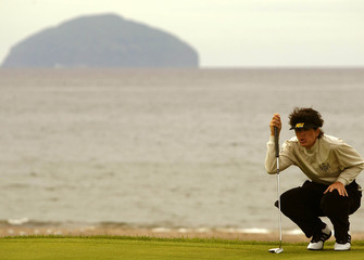 AMERICAN GOLFER JULI INKSTER LINES UP HER SHOT ON THE 4TH GREEN WITHAILSA CRAIG'S ROCK IN THE BACKGROUND.