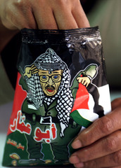 EGYPTIAN EATS NEW BRAND OF POTATO CHIPS WITH PICTURE OF YASSER ARAFATON PACKET.