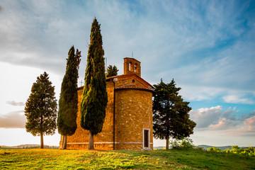 La chapelle de Vitaleta dans le Val d'Orcia en Toscane au soleil couchant