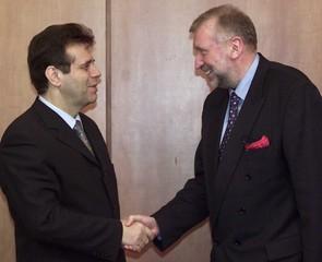 SLOVENIAN FM RUPEL SHAKES HANDS WITH YUGOSLAV PRESIDENT KOSTUNICA IN BELGRADE.