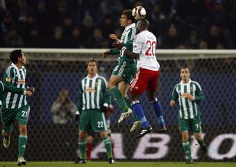Hamburg SV's Demel challenges Rapid Vienna's Jelavic during UEFA Europa League soccer match in Hamburg