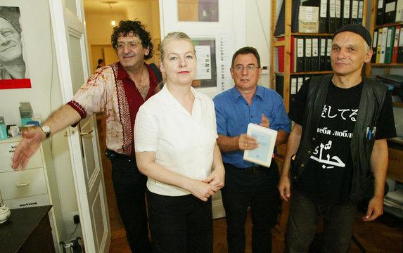 Schindel, Neuwirth, Streeruwitz, Muhr und Hintze vor Pressekonferenz in Wien.