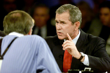 GEORGE W. BUSH MAKES POINT TO LARRY KING IN DEBATE IN COLUMBIA.