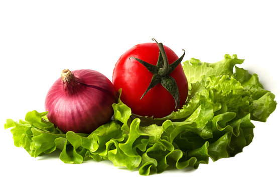 Tomatoes, lettuce and onion on a chopping board