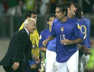 ITALY'S COACH TRAPATTONI, PIRLO, NESTA, MATERAZZI AND VIERI REACT DURING A EURO 2004 SOCCER MATCH ...
