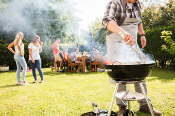 Photo sur Aluminium Grill, Barbecue Grillparty im Garten