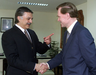 PAKISTANI COMMERCE MINISTER MEETS US TRADE REPRESENTATIVE ZOELLICK AT HIS OFFICE IN ISLAMABAD.