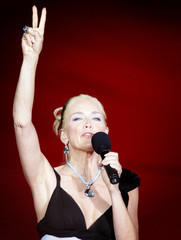 Sharon Stone shows  the victory sign  in Vienna