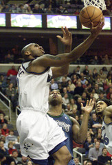 WIZARDS STACKHOUSE DRIVES PAST TIMBERWOLVES TRENT.