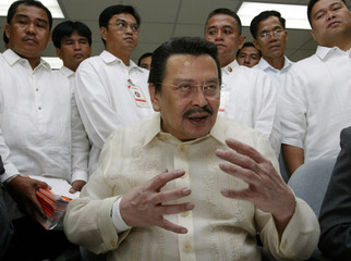 DEPOSED PHILIPPINE PRESIDENT JOSEPH ESTRADA GESTURES WHILE TALKING TOREPORTERS AFTER APPEARING ...