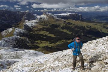 Wanderer auf dem Weg zum Plattkofel in Südtirol