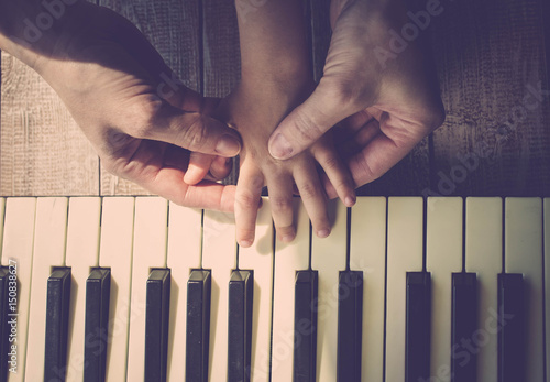 how to play daughters on piano