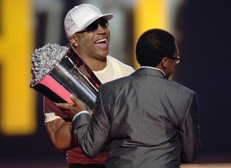 Director Lee accepts silver bucket of excellence award from LL Cool J at the 2006 MTV Movie Awards in Culver City, California