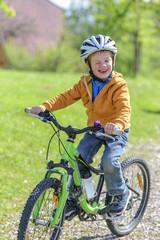 verschmitzt lächelnder kleiner Mountainbiker