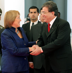 Chile's President Bachelet shakes hands with Paraguay's President Frutos in Asuncion