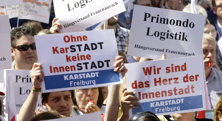 Around 3000 Arcandor employees protest at Quelle shopping centre in Nuremberg