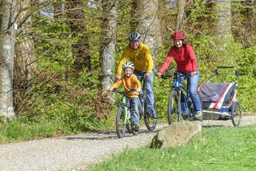 gutgelaunte Familie bei einer Radtour