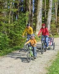 fröhliche Radtour mit Nachwuchs und E-Bike