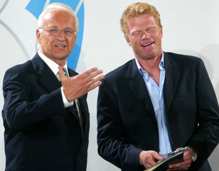 BAVARIAN STATE PRIME MINISTER STOIBER HONOURS GOALKEEPER KAHN DURING ARECEPTION IN MUNICH.