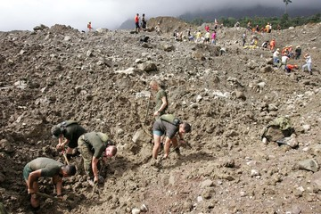US Marines dig through mud during a joint rescue operation to locate landslide survivors in Guinsaugon