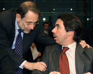 EU FOREIGN POLICY CHIEF SOLANA GREETS SPANISH PRIME MINISTER AZNAR AT A EU SUMMIT IN BRUSSELS.