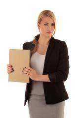 Frau in Bürokleidung zeigt Schild