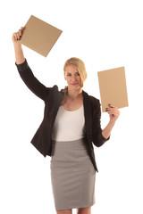 Geschäftsfrau hält Schilder hoch