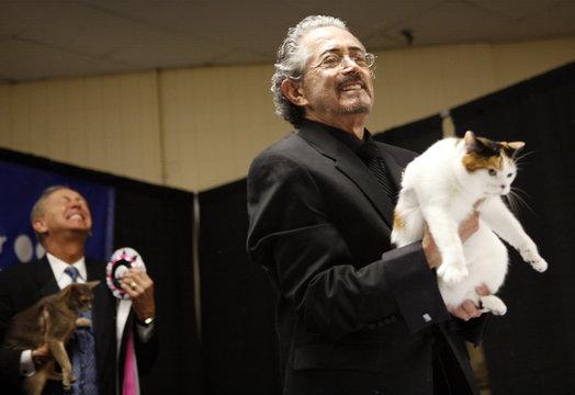 Judge holds up winning cat at 2006 CFA-Iams Cat Championships in New York