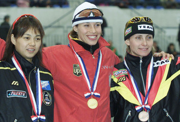 CANADA'S CATRIONA LEMAY-DOAN STANDS WITH OTHER 500-METRE SPRINT MEDALISTS IN NAGANO.