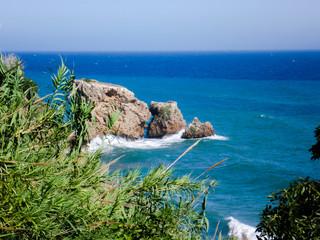 Peñón de mar y olas