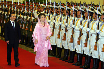 Chinese PM Wen and Bangladesh counterpart Khaleda Zia review the honour guard in Beijing.