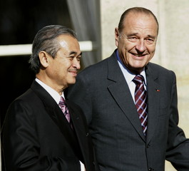 France's President Jacques Chirac (R) and Malaysian Prime Minister Abdullah Badawi (L) take position..