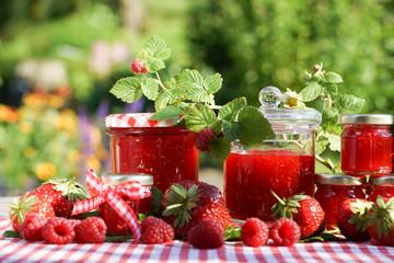 sommerliches Stillleben mit Erdbeeren, Blumen und Marmelade