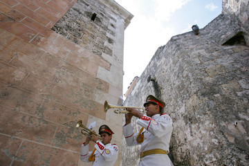 Cuban soldiers rehearse British hymn before ceremony at Morro fortress in Havana