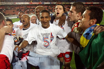 Olympique Lyon players celebrate after their French Ligue 1 soccer match against [Paris Saint Germai..