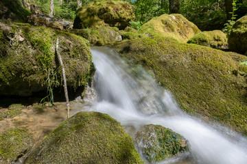 Wasser im Bach mit Stein und Fels