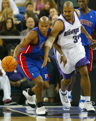 Pistons Evans and Kings Williamson chase a loose ball in Sacramento